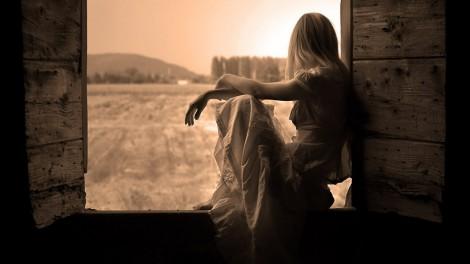 pencere-kenarinda-oturan-yalniz-kiz-1024x576